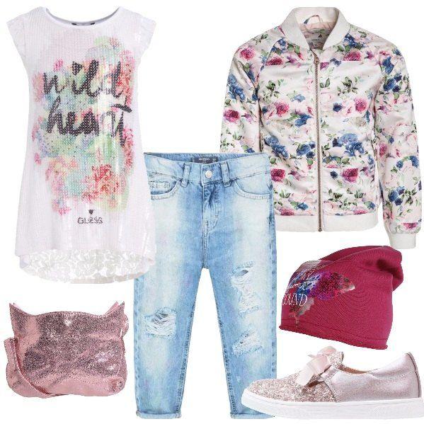 Jeans baggy con strappi, abbinato alla T-shirt con stampa ed inserto in pizzo sul dietro. Giubbotto bomber in fantasia floreale con colletto alla coreana. Sneakers basse rosa in similpelle e tessuto con glitter e fiocco, borsa a tracolla color rosa e berretto in jersey di cotone con stampa.