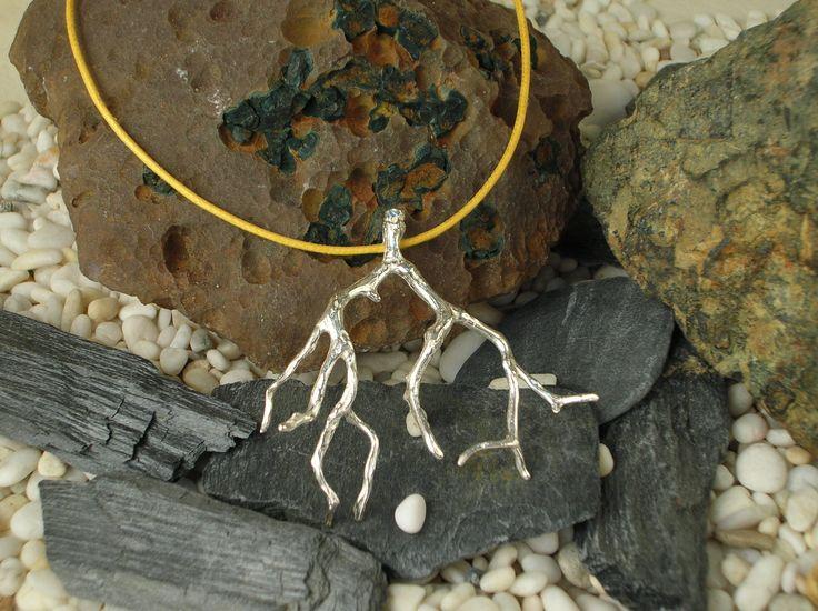 Ciondolo artigianale in argento 925/1000 raffigurante un ramo di corallo. Il ciondolo è ottenuto dal calco del ramo naturale utilizzando la tecnica della fusione a cera persa. #RRorafi #GioielliCheAttraversanoIlTempo #Jewels