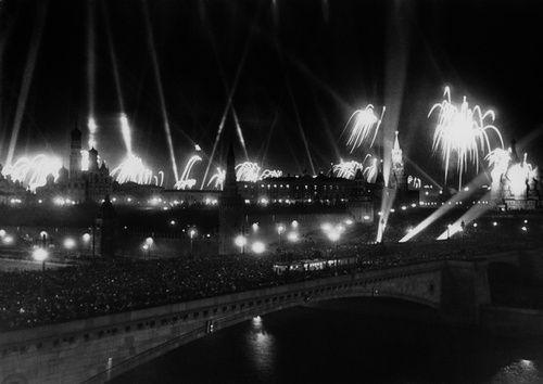 """Фото """"Салют Победы 9 мая 1945 года"""", 9 мая 1945, г. Москва - История России в фотографиях"""