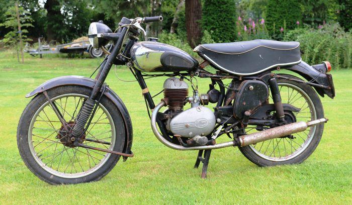 Francis Barnett - Falcon - 197cc - Model 58 - 1952  Francis Barnett Falcon 197cc.Orgineel in Nederland verkochte motorfiets.Francis Barnett zijn zeldzame motorfietsjes met zeer interessante techniek.Het motorblok is los en de versnellingsbak schakelt.Het is een motor met een prachtig verhaal.Deze motor komt van de zolder van een oude pastorie in een klein dorpje in Brabant.Het verhaal was dat de plaatselijke pastoor deze motor gebruikte om zijn parochianen te bezoeken.Maar ook werd de…