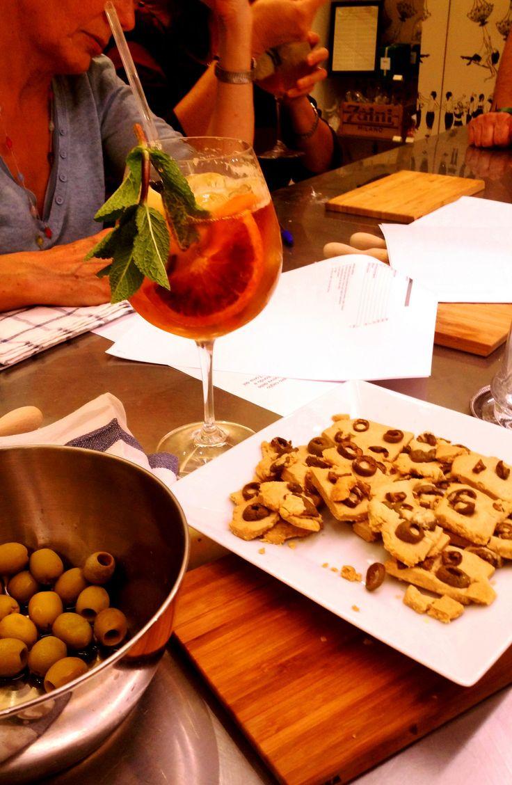 Nel corso di Biscotti Salati da Aperitivo di Bettina da Zaini Milano si gustano i biscotti di frolla all'avena e olive verdi e si studiano le ricette..in compagnia di una Pim's cup,