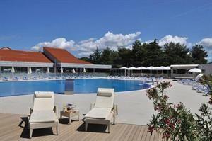 Kroatie Istrie Vrsar  Resort Petalon ligt op een schiereiland en is omgeven door Mediterrane flora strand en zee. De combinatie van comfortabele appartementen en kamers met uitstekende service vele sportmogelijkheden...  EUR 449.00  Meer informatie  #vakantie http://vakantienaar.eu - http://facebook.com/vakantienaar.eu - https://start.me/p/VRobeo/vakantie-pagina