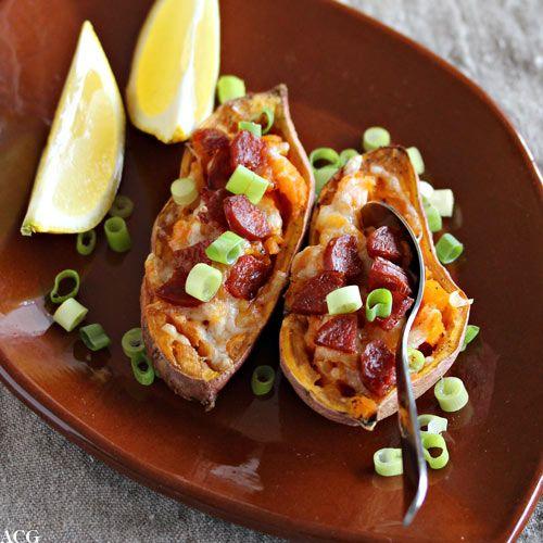 Bakt søtpotet fylt med chorizopølse, manchego og vårløk. Digg alene til kveldskosen, eller som tilbehør til grillet kylling eller fisk.