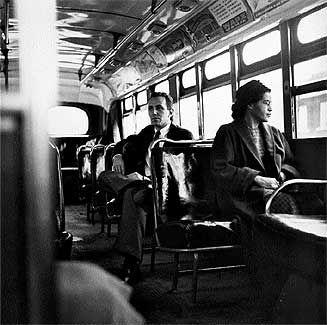 El 1 de diciembre de 1955, Rosa Parks se convirtió en la heroína de los derechos civiles cuando se negó a ceder el asiento a un hombre blanco en el autobús donde viajaba. Por ello, fue arrestada en cumplimiento de las leyes de segregación racial de la época. Los líderes afroamericanos decidieron realizar un boicot a los autobuses de la ciudad eligiendo a Martin Luther King Jr. para dirigirlo iniciando así una larga lucha contra las leyes racistas.