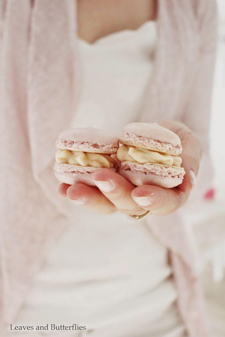 MACARON: tojásfehérje, porcukor, mandulaliszt és ételszínezék felhasználásával készülő édes sütemény. A két korongot általában vajas krémmel vagy lekvárral ragasztják össze. Macaron - nagyon pontosan kell mérni! : 200 g porcukor átszitálva, 200 g finomra őrült mandula vagy mogyoró vagy dió, 2×75 g tojásfehérje kb. 5 darab, 200 g kristálycukor, 65 ml víz ... Alap csokis krém: 100 g étcsoki felolvasztva, 1 dl tejszín, 100 g vaj vagy kókuszvaj.