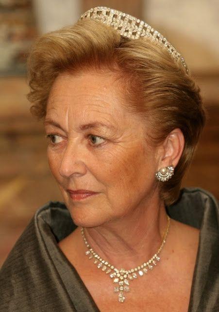 La Reina Paola de los Belgas con la Tiara Bandeau de Diamantes como Diadema, y la Tiara-Gargantilla de Diamantes como Collar.