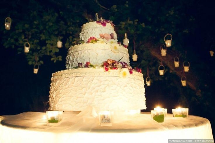 """Torta nuziale di matrimonio con effetto """"ruffle cake"""" e applicazioni di frutta e fiori freschi"""