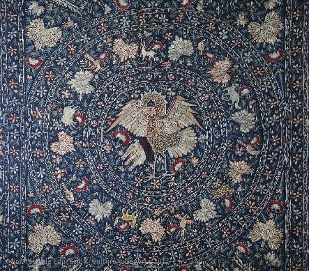Colcha de seda bordada con decoración de flores y animales de distintas especies. Arte luso-indio, siglo XVII.CE02012