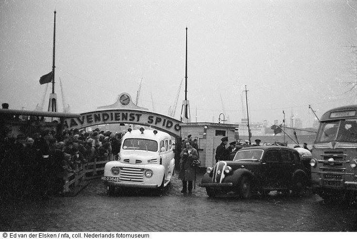 Ambulance bij de Havendienst Spido na de watersnoodramp, Rotterdam (1953)