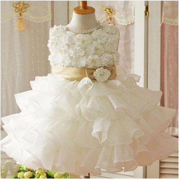 Vestido de Festa Infantil. Sua filha será daminha de casamento? Que tal investir nessa proposta de vestido super romântico, com aplicação de flores em tecido. Ficou um encanto. Imagem Pinterest.
