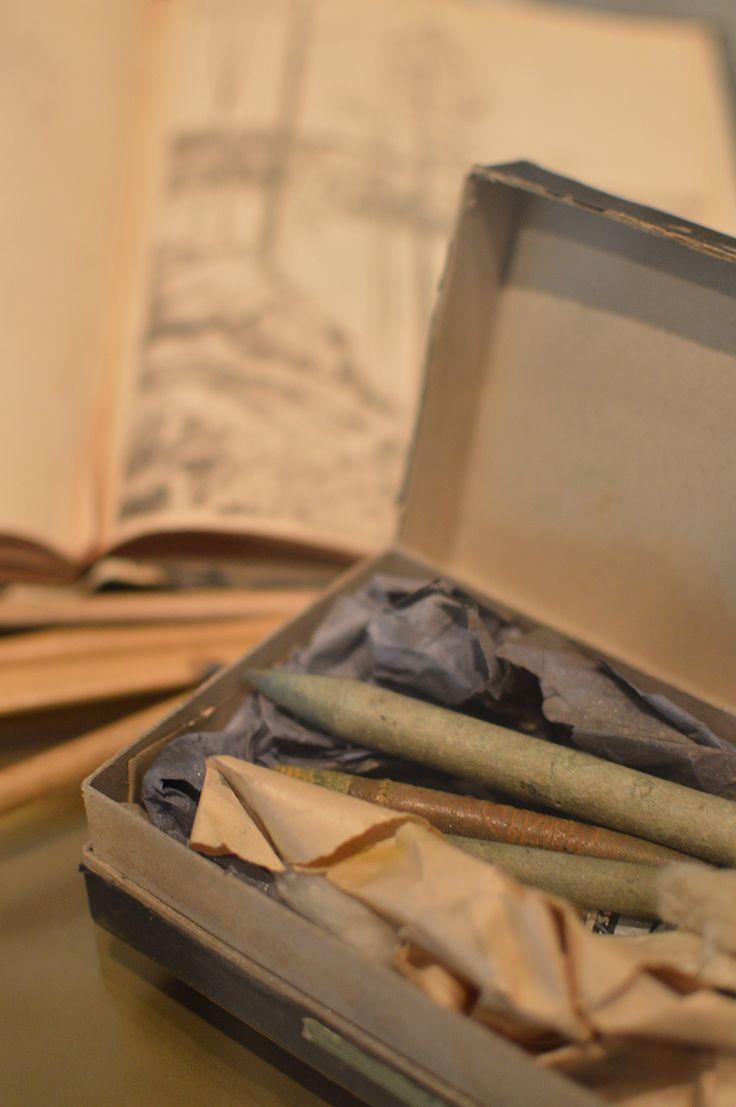 Pohjois-Pohjanmaan museon omistukseen kuuluvassa Paulaharjun kokoelmassa on hänen matkoilta ottamia valokuvia tuhansia. Paulaharjun alkuperäispiirroksia kokoelmassa on satoja. Suurin osa niistä on tarkoitettu alkuperin kuvitukseksi kirjoihin. Luuppi, Oulu (Finland)