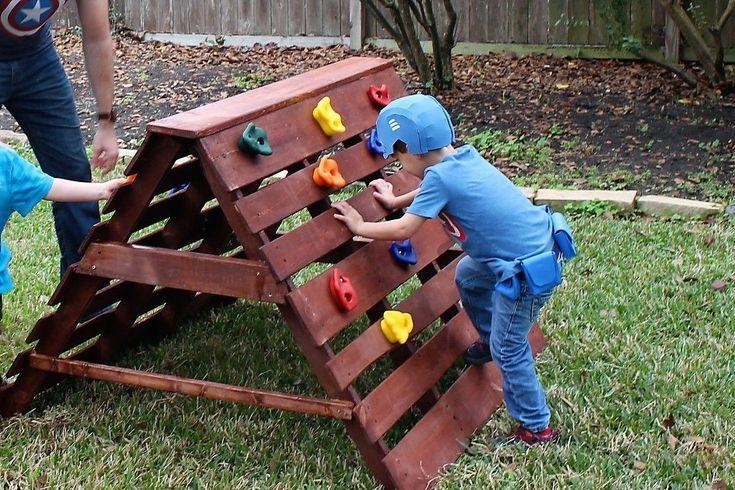 Pallets Made In To A Climbing Wall For Captain America S Training Camp Birthday Kletterwand Kinder Kinderspiel Im Freine Kinder Spielplatz Garten