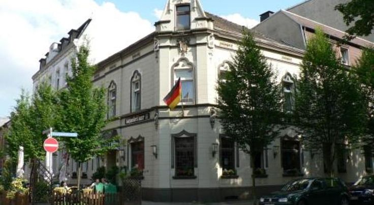 Stadt-Gut-Hotel Zum Rathaus Oberhausen Situated in a central and peaceful location in Oberhausen, just 500 metres from the railway station, this hotel offers free WiFi internet access, a cosy restaurant and traditional lounge.
