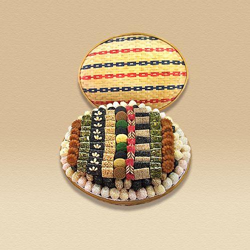 꽃바구니 8호 상품가격   :80,000 상품구성   :찹쌀연사 ,각종 깨 강정 ,약과 ,과즐 ,송화다식 등 상품정보   :타원형 대나무 바구니에 찹쌀 연사를 담고 위에는 각종 깨 강정 과 약과 ,송화다식 ,과즐 등으로 무늬를 놓아 모양이 아름답고 맛이 좋은 제품입니다