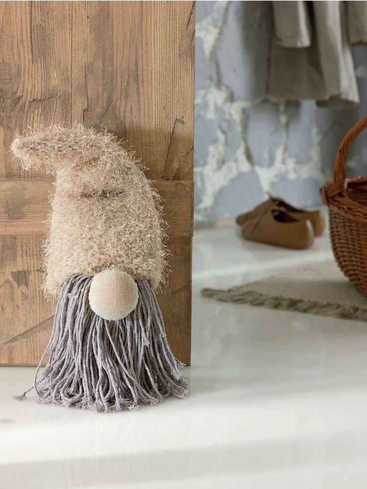 Ce ar fi ca o astfel de figura simpatica sa va intampine de cate ori intrati in camera? #opritorusa #kikaromania #decoratiuni #accesorii #figurina #toamna #usa #mos #emotie