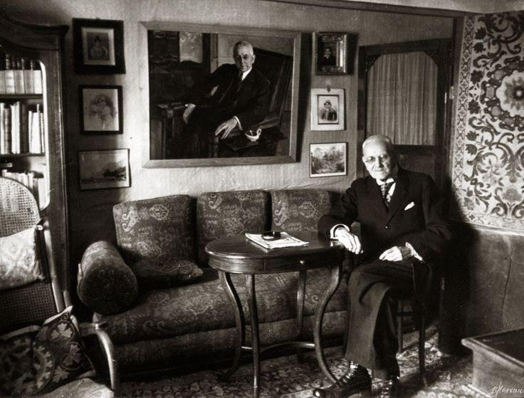https://img-fotki.yandex.ru/get/196736/154633348.0/0_15a508_97770ea0_XL.jpg Н.И. Тютчев в своем кабинете в музее на фоне портрета, написанного М.В. Нестеровым. Фото В. Молчанова