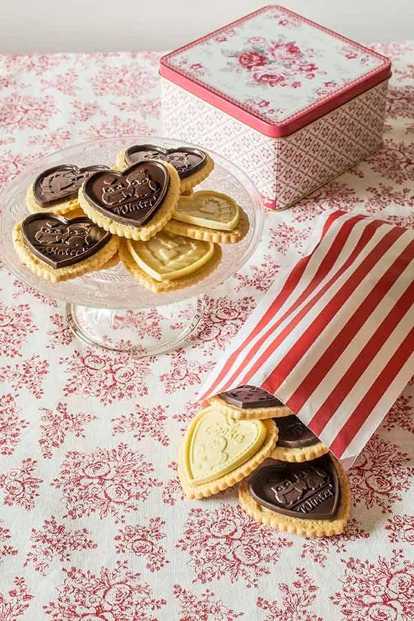 Bonitas galletas tipo Petit Ecolier de San Valentín, con masa de mantequilla y placa de chocolate. Receta paso a paso con fotografías, trucos y consejos.