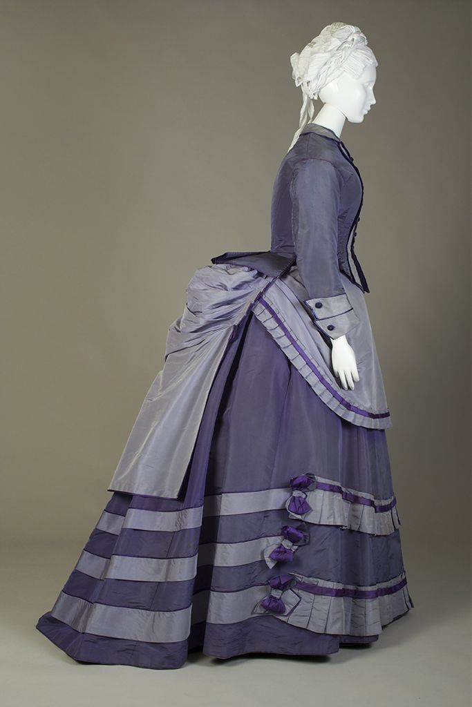 Hier sieht man dank dem einfachem Stoff schön das Schnittmuster(Dark and light purple silk taffeta day dress, probably American, ca. 1870, KSUM 1983.1.118 a-d.)