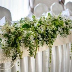 Dekoracja kwiatowa stołu młodych