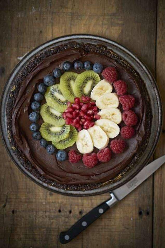 Baka en glutenfri kladdkaka och gör den lite extra lyxig med glasyr och färskfrukt. Eller hoppa över glasyren och servera med lättvispad grädde, ljuvligt recept