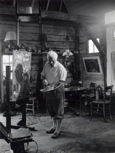 Piet Zwiers (1907-1965) in plusfour aan het werk in zijn atelier in Giethoorn. Nederland.
