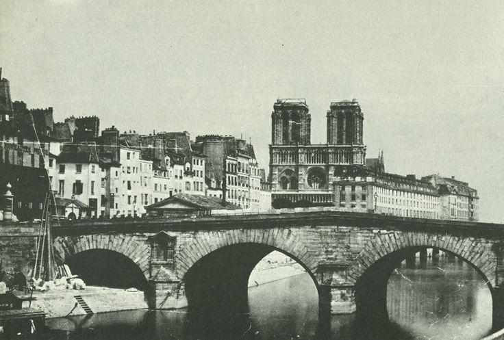 Voici l'ancien Petit-Pont en 1853, juste avant sa démolition. L'ancien Hôtel-Dieu aussi, Notre-Dame encore sans sa flèche et les maisons de l'Île de la Cité d'avant Haussmann... (photo Adolphe Varin, collection Y. Christ)