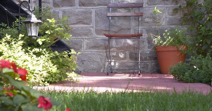 Ideas para pequeños patios traseros. Ya sea que sea un área de salida para un departamento o un pequeño patio trasero con un porche, un pequeño patio ofrece muchas oportunidades de diseño. De acuerdo con Backyard Landscape Ideas, mientras la decoración vaya bien con la forma y tamaño del patio, un patio pequeño tiene casi las mismas posibilidades que un patio grande.