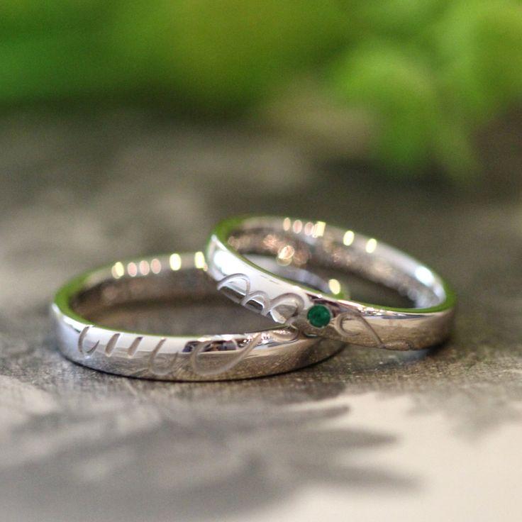 オーダーメイド手作りマリッジリングCifra(シーフラ) 2つのリングを重ねると二人のイニシャルMとTが表れる結婚指輪。 女性のリングの中心には、エメラルドを1石。 [Pt900,エメラルド,アクアマリン,marriage ring,ウエディングリング,wedding]