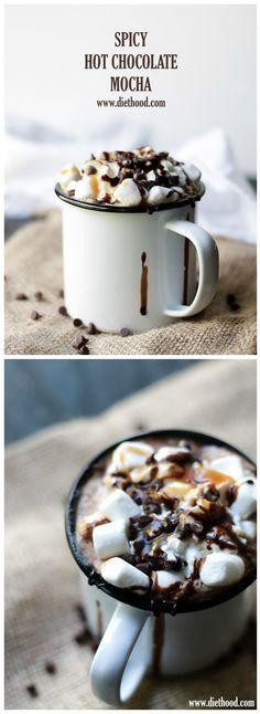 El café, el cacao, la canela, la nuez moscada y la pimienta de cayena se unen en esta deliciosa bebida de Mocha de chocolate caliente picante.