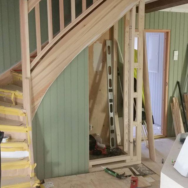 Bygger in trappen med #pärlspont. #platsbyggdgarderob #plattsbyggd #trapp #husetlugnvik