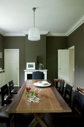 La couleur kaki comme un écrin dans la salle à manger - Couleur de peinture : pourquoi on aime le vert - CôtéMaison.fr