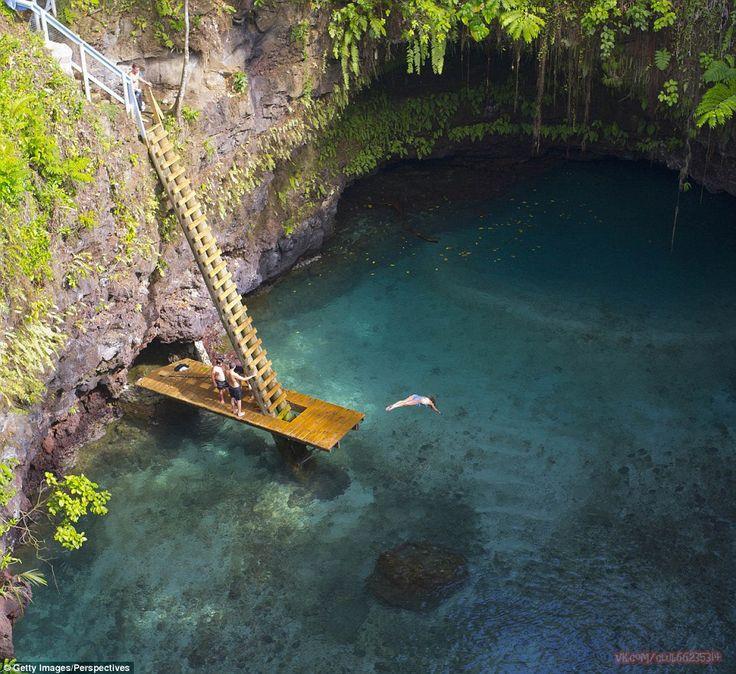 Океанический бассейн То-Суа глубиной 30 метров на вулканическом острове Уполу в Самоа. В кристально чистые воды грота можно нырнуть с платформы, на которую можно попасть, спустившись по лестнице.
