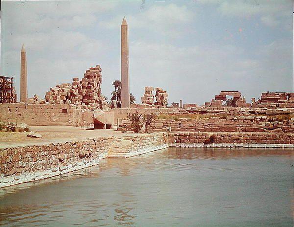 Vista del Lago Sagrado en el TEMPLO DE AMON RA en Karnak. Luxor, la antigua Tebas.