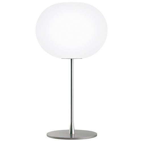 Glo-ball serien er en absolut bestseller fra Flos. Mundblæst opaliseret glas. Fås også som væg, pendel og gulvlampe. Indretningsmulighederne er uendelige. #skrivebordslampe #bordlampe #lampe #til #skrivebordet #design