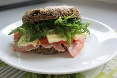 Das schnellste Low Carb Brötchen für Sandwiches oder als Beilage. Low carb Leinsamen Mikrowellen Brötchen. Ketogene Ernährung.