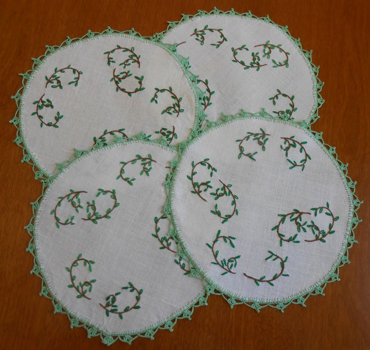 "4 Embroidered Doilies Centerpieces 9.5"" Green Embroidery and Crochet Vintage Table Linens Matching Set of 4, Holiday Party St. Patrick's by VintageBabyByKay on Etsy"