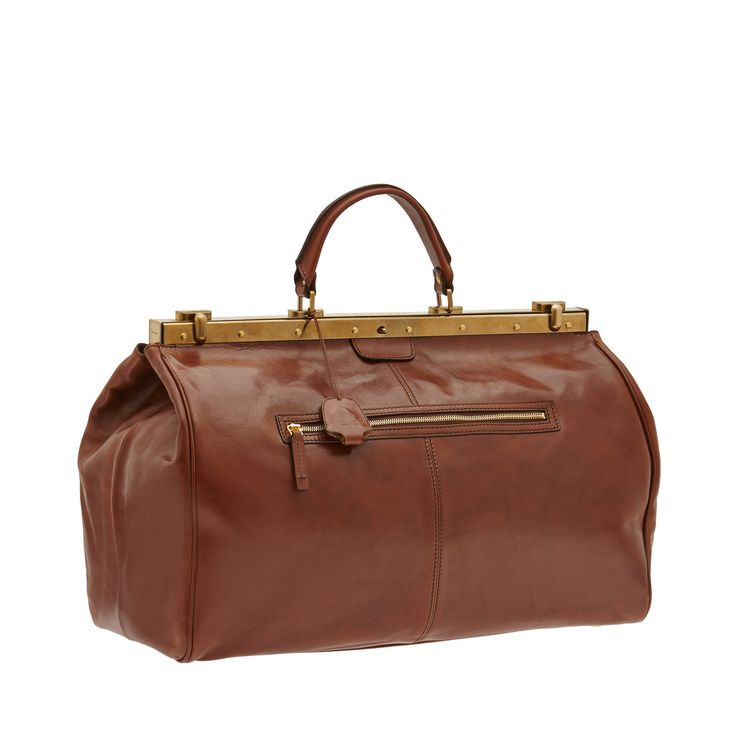 The travel bag from The Bridge features vintage design, inspired by the classic Doctor's Bag. Spacious and functional, it's the perfect accessory for carrying all you need for a travel. Metal padlock and front zipper pocket. Size 50X30X26 cm.