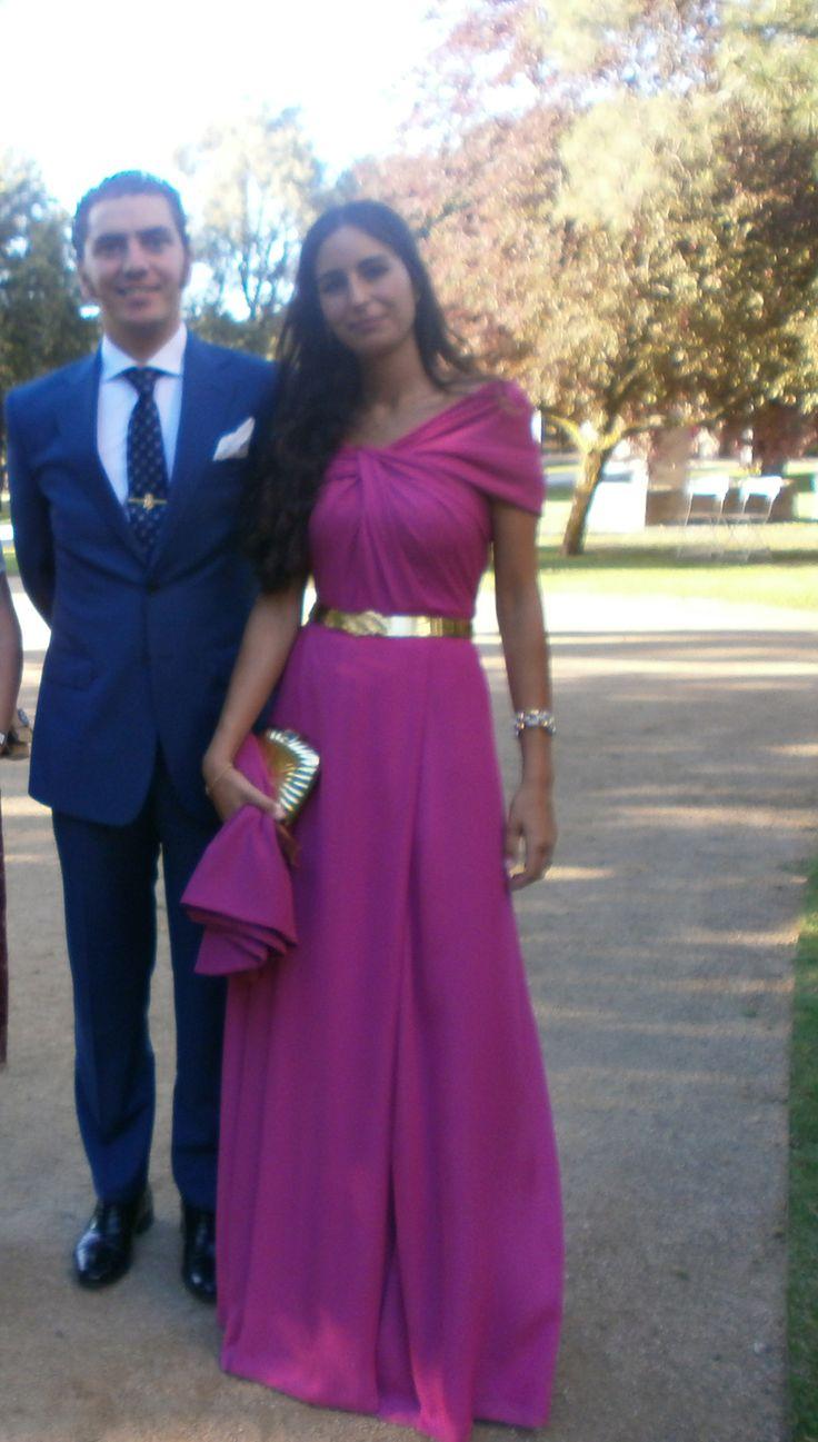 Invitada boda elegante Muanó. Vestido largo de gasa color buganvilla con dorado…