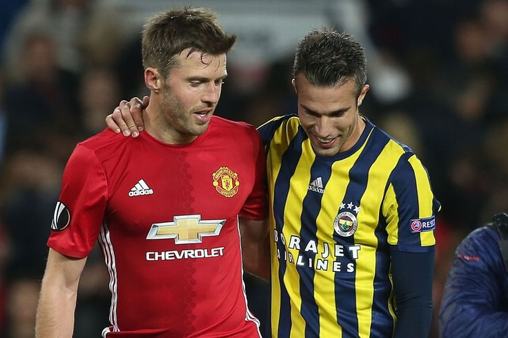 Michael Carrick talks with Robin van Persie