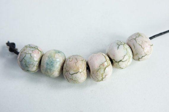 6 kleine, faux keramische, faux steen, rustiek, ronde gemarmerd, parels in wit met groene aderen en roze en licht blauw patches.  Met de hand gemaakt door mij uit polymeerklei, behandeld op verschillende manieren, beschilderd met alcohol inkten etc, vervolgens geboend en afgeslepen naar een glans glans.  Meten van 3/8(10mm) lang en over 3/8 (10mm) diameter ca. 1,5 mm kraal gat.  Meer van mijn rustieke stijl kralen en sieraden kunnen worden ontdekt hier- https://www.etsy.co...