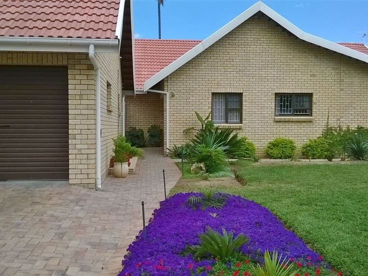 Engela's Akkommodasie - Engela's Akkommodasie is set in Robertson. It is less than two hours away from Cape Town and is central to shopping centres and restaurants.   This guest house has one air-conditioned room that sleeps ... #weekendgetaways #robertson #southafrica