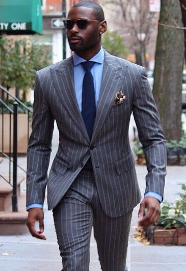 Costume gris à rayures porté avec une chemise bleue et une cravate marine #look #costume #chic #dandy #suit #streetlook