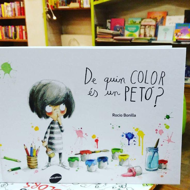 """""""A la Minimoni li encanta pintar coses de colors, però mai ha pintat un petó. De quin color deu ser? Com ho descobrirà? Un conte de Rocío Bonilla que ens…"""""""