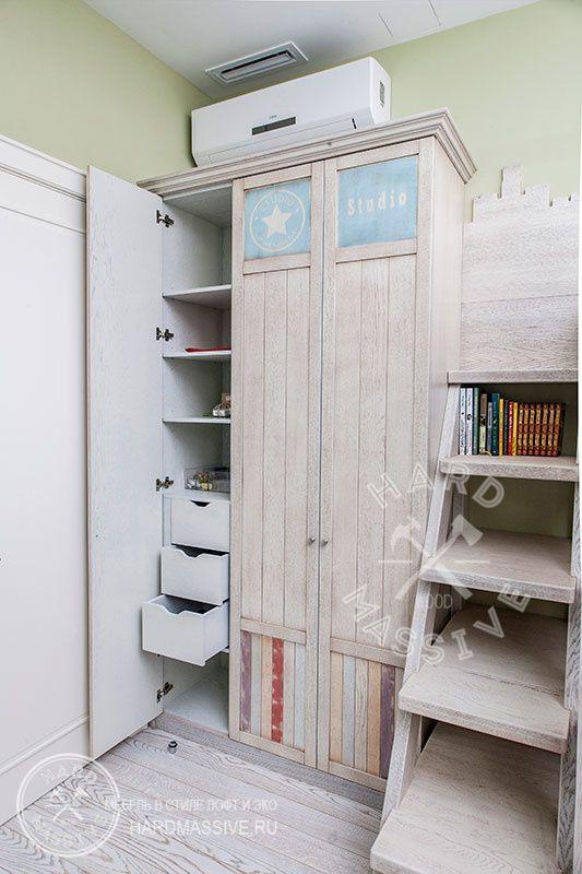 Распашной трехстворчатый шкаф в детскую комнату. Шкаф имеет достаточно места для хранения верхней одежды, полочки для белья и выдвижные ящички.  Стильный и вместительный распашной шкаф. Фасады и корпус изготовлены из мдф шпонированные дубом.
