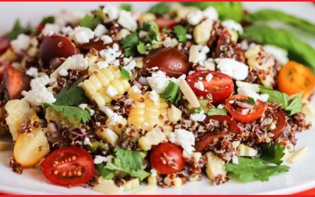 Quinoa, feta, olive e pomodorini: l'insalata della salute! Vuoi un piatto unico e completo che garantisca e bontà nutrizionali all'ennesima potenza? Tutta per te la ricetta dell'insalata di quinoa feta, pomodorini e olive. Ottima fonte di proteine vegetali,  #quinoa #feta #pomodori #insalata