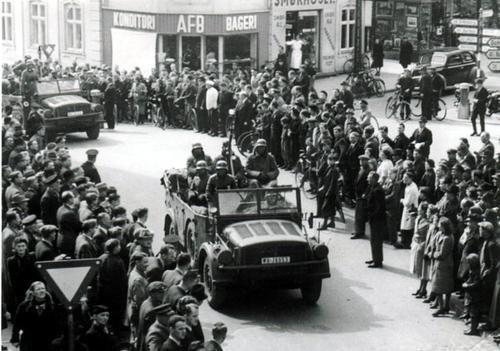 Billede database: Tyske soldater rykker over krydset mellem Sct. Mathias Gade og Dumpen ca. 20 ...