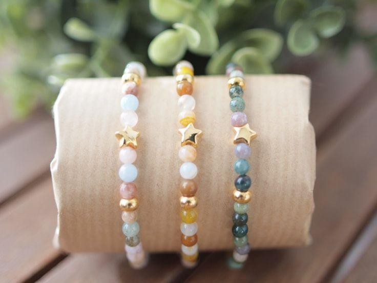 Pulseras elásticas de distintos colores con piezas chapadas en oro.
