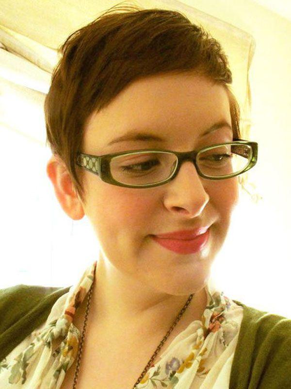 Damen mit Brille beachten … 33 trendige, kurze Frisuren mit Modellen, die alle eine Brille tragen!