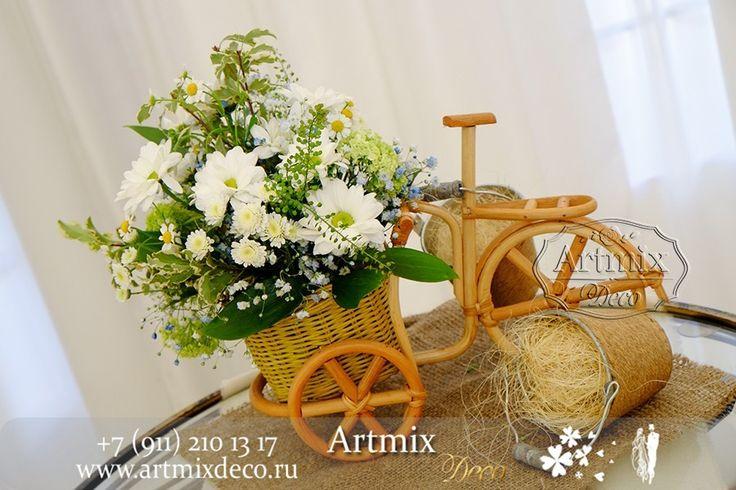 Украшение регистрационного столика для жениха и невесты в оформлении выездной регистрации брака в стиле Рустик
