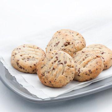 Ce n'est maintenant plus un secret, je suis incapable de résister à tout ce qui contient des amandes... Voici des petits biscuits délicatement sablés et fo